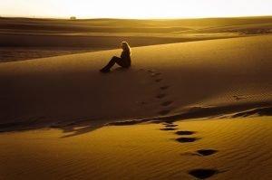 maravilhoso-por-do-sol-no-deserto-da-namibia-com-modelo-swakopmund