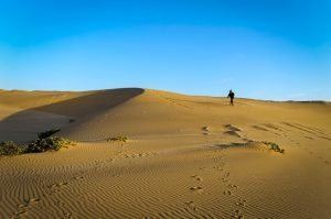 mulher-sozinha_deserto-da-namibia_swakopmund_namibia